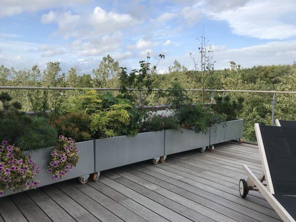 Land Modern blomsterkasser med hjul fra LandHage.no på takterrasse