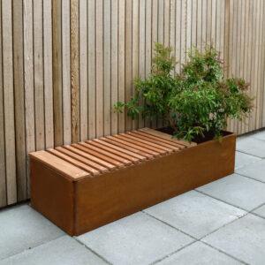 Land Classic 40x40 cm sete i mahogni på Land Classic 40x120 cm plantekasse i rust fra LandHage.no