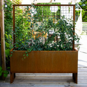 Land Modern Slim smal og høy plantekasse fra LandHage.no som deler plassen på terrassen