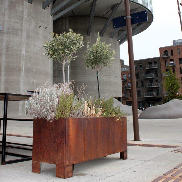 Land Modern plantekasse i corten med ben fra LandHage.no ved nybygg
